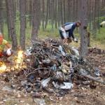 горы мусора на стоянке у АССУ